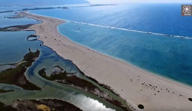 Το επίπεδο, παραδεισένιο ελληνικό νησί που είναι όλο παραλία - Εκεί που έτρεχε γυμνή η Εύα