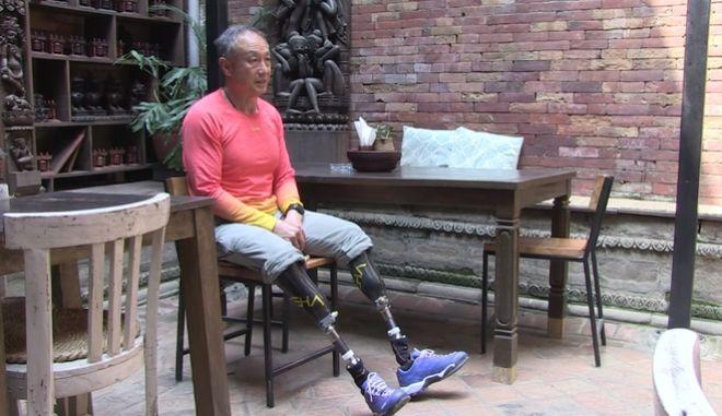 Δύναμη ψυχής: 69χρονος με ακρωτηριασμένα πόδια σκαρφάλωσε στο Έβερεστ