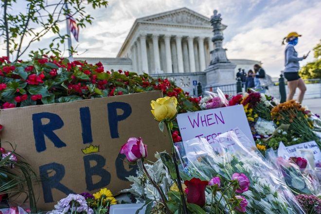 Άνθρωποι συγκεντρώθηκαν στο Ανώτατο Δικαστήριο το πρωί μετά το θάνατο της δικαστή Ruth Bader Ginsburg για να τιμήσουν την μνήμη της, 19 Σεπτεμβρίου 2020 στην Ουάσινγκτον.