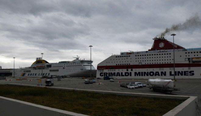 """Δεμένο στο λιμάνι της Πάτρας το επιβατηγό - οχηματαγωγό πλοίο """"CRUISE OLYMPIA"""", στο οποίο έχει σημάνει συναγερμός για τον εντοπισμό ύποπτου κρούσματος κορονοϊού"""
