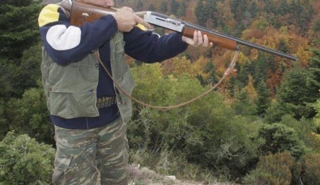 Παραλίγο τραγωδία: Κυνηγός παραπάτησε και τραυματίστηκε από εκπυρσοκρότηση του όπλου του
