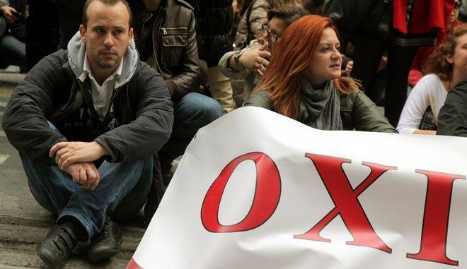 Στιγμιότυπα από την πορεία διαμαρτυρίας εργαζομένων στο ΙΚΑ,στο Υπουργειο Εργασίας και στα γραφεία του ΠΑΣΟΚ στην οδό Ιπποκράτους.Οι εργαζόμενοι διαμαρτύρονται για τις μετατάξεις και τις απολύσεις που προβλέπει το μνημόνιο 3,Παρασκευή 30 Νοεμβρίου 2012 (EUROKINISSI/ΓΕΩΡΓΙΑ ΠΑΝΑΓΟΠΟΥΛΟΥ)
