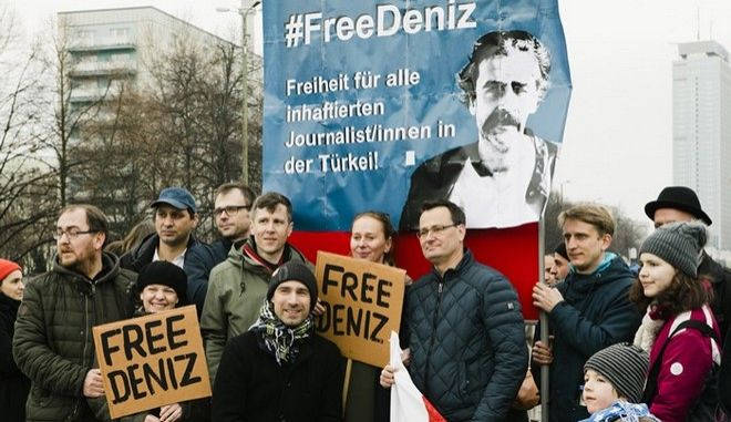 """People demonstrate for the release of Deniz Yucel, Turkey correspondent of German newspaper """"Die Welt"""" who is in custody of the Turkish police on February 19, 2017 in Berlin.  / AFP PHOTO / dpa / Marlene GAWRISCH / Germany OUT"""