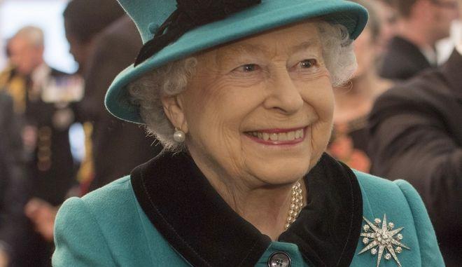 Βασίλισσα Ελισάβετ: Τρώει μόνο για να ζήσει, αλλά πίνει τέσσερα κοκτέιλ την ημέρα