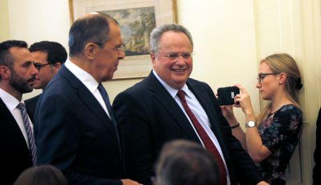Ο ΥΠΕΞ Νίκος Κοτζιάς και ο Ρώσος ομόλογός του Σεργκέι Λαβρόφ