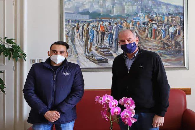 Ο δήμαρχος της Καβάλας Θόδωρος Μουριάδης κάλεσε στο γραφείο του τον Δημήτρη Τσιλιγκίρογλου ώστε να τον συγχαρεί για την εθελοντική προσφορά του