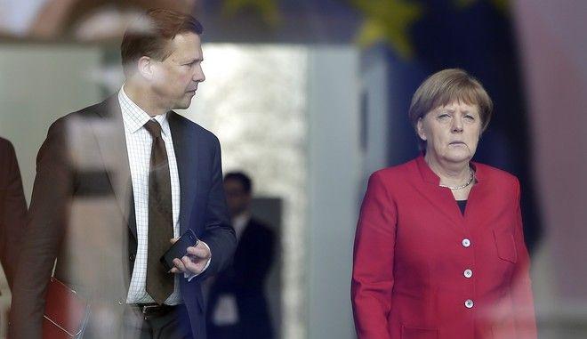 Η Γερμανίδα καγκελάριος Άνγκελα Μάρκελ με τον κυβερνητικό εκπρόσωπο Στέφεν Ζάιμπερτ
