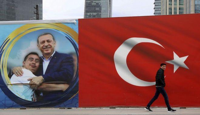 Προεκλογικό πόστερ με τον Ερντογάν σε δρόμο της Άγκυρας