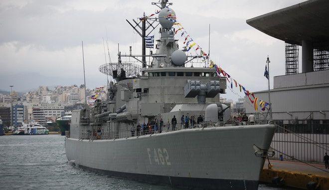 """Τρία από τα πλοία του Πολεμικού Ναυτικού την φρεγάτα ΨΑΡΑ, την πυραυλάκατο ΜΠΛΕΣΣΑΣ και το υποβρύχιο ΠΟΝΤΟΣ, επισκέπτεται το κοινό στο λιμάνι του Πειραιά, με αφορμή τον εορτασμό της εθνικής επετείου του """"ΟΧΙ"""" την Παρασκευή 28 Οκτωβρίου 2016. (EUROKINISSI/ΣΤΕΛΙΟΣ ΜΙΣΙΝΑΣ)"""