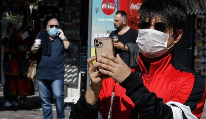 Έρευνα - Κορονοϊός: Επιβιώνει ως και 28 μέρες πάνω στις οθόνες των κινητών