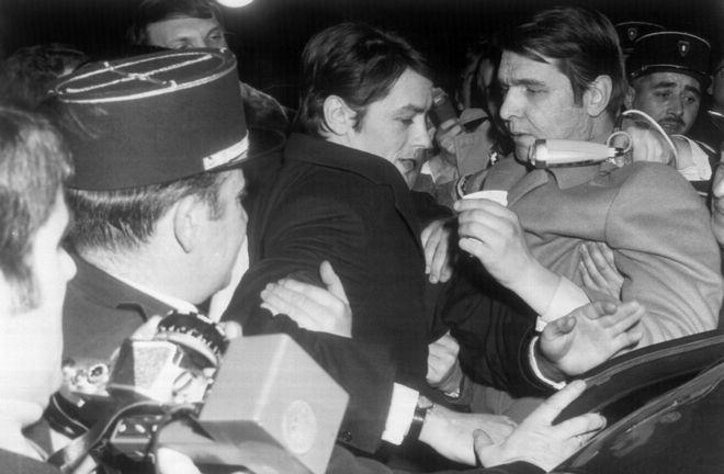 Ο Ντελόν ανάμεσα σε δημοσιογράφους το 1969