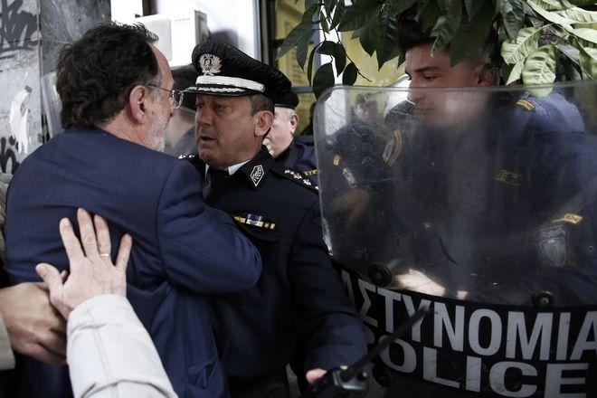 Διαμαρτυρία κατά των πλειστηριασμών στον Συμβολαιογραφικό Σύλλογο Αθηνών. Δευτέρα 27 Νοεμβρίου 2017 (EUROKINISSI//ΣΤΕΛΙΟΣ ΜΙΣΙΝΑΣ)