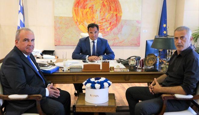 Ο Υπουργός Ανάπτυξης και Επενδύσεων, Άδωνις Γεωργιάδης, μαζί με τον Δήμαρχο Πειραιά, Γιάννη Μώραλη και τον Υφυπουργό Νίκο Παπαθανάση
