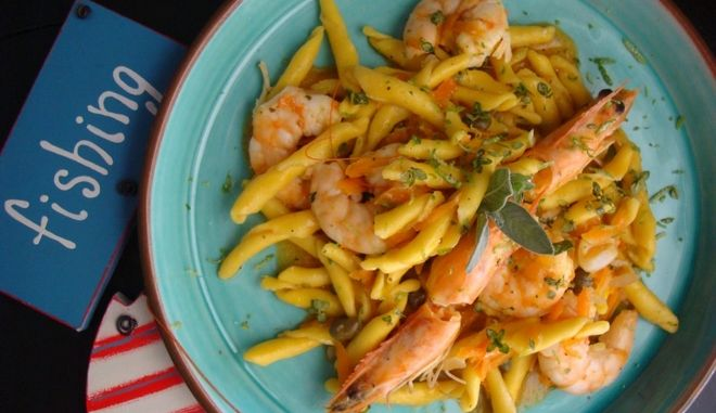 Strozzapreti al limone με γαρίδες, καρότο, και κάπαρη