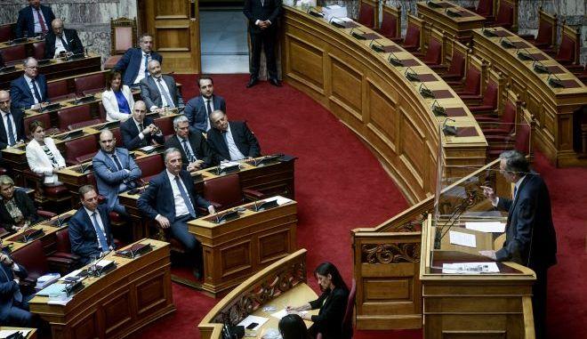Βουλή - Παραπομπή Παπαγγελόπουλου: Αντιπαράθεση με γαλάζιες αναφορές σε «ένοχους που θα πάνε φυλακή»