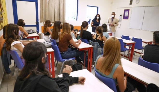 """Άνοιξαν τα σχολεία με πιστοποιητικά και αγιασμό """"από τάξη σε τάξη"""""""