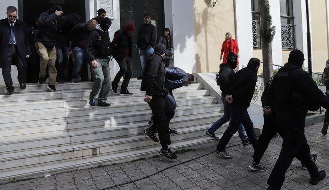Απολογίες των φερόμενων ως μελών μεγάλου κυκλώματος ναρκωτικών, που εξάρθρωσε η Ελληνική Αστυνομία στον Αστακό Αιτωλοακαρνανίας, όπου κατέσχεσε 1,2 τόνους κοκαίνης