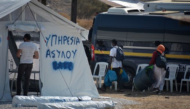 Καταγραφή για την είσοδο προσφύγων και μεταναστών στη νεα πρόχειρη δομή στο καρά Τεπέ Λέσβου τη Κυριακή 13 Σεπτεμβρίου 2020. (EUROKINISSI/ΠΑΝΑΓΙΩΤΗΣ ΜΠΑΛΑΣΚΑΣ)