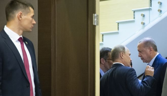 """Στιγμιότυπο από το πεντάωρο """"παζάρι"""" Πούτιν-Ερντογάν στο Σότσι της Ρωσία"""