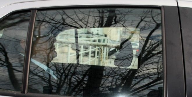Στιγμιότυπο από την αποφυλάκιση του Νίκου Μιχαλολιάκου και του Μιχάλη Λαγού από τις φυλακές Κορυδαλλού την Παρασκευή 20 Μαρτίου 2015. (EUROKINISSI/ΤΑΤΙΑΝΑ ΜΠΟΛΑΡΗ)
