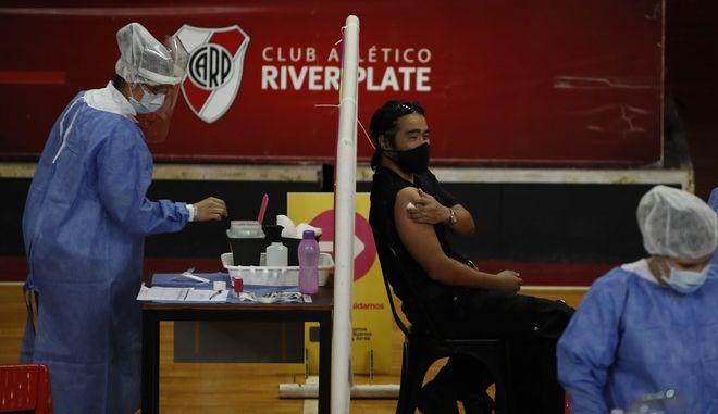 Πολίτες στην Αργεντινή εμβολιάζονται κατά του κορονοϊού