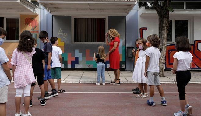 Μαθητές με μάσκες στο προαύλιο σχολείου στη Θεσσαλονίκη