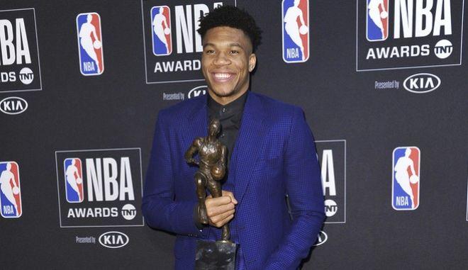 Ο Γιάννης Αντετοκούνμπο στην απονομή του βραβείου του MVP του NBA