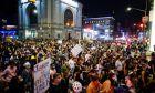 Οργισμένοι διαδηλωτές βγήκαν την Τετάρτη, στους δρόμους πολλών μεγάλων πόλεων των ΗΠΑ για να καταγγείλουν την πολύ επιεική στάση της δικαιοσύνης απέναντι στους αστυνομικούς που σκότωσαν την Αφροαμερικανίδα Μπριόνα Τέιλορ