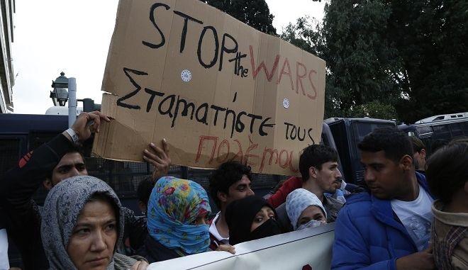 Πορεία Αφγανών από την πλατεία Βικτωρίας στα γραφεία της Ευρωπαϊκής Επιτροπής στη Βασιλίσσης Σοφίας, οπού ζητούν να αποκτήσουν άσυλο, να χαρακτηριστούν ως πρόσφυγες και να συνεχίσουν το ταξίδι τους προς άλλες χώρες της Ευρωπαϊκής Ένωσης, Κυριακή 6 Μαρτίου 2016. (EUROKINISSI/ΣΤΕΛΙΟΣ ΜΙΣΙΝΑΣ)