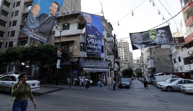 Προεκλογικές αφίσες με τους υποψηφίους Σάαντ Χαρίρ και Σεΐκ Χασάν Νασράλαχ