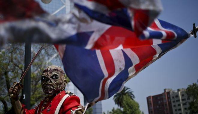 Άνδρας ντυμένος όπως η μασκότ των Iron Maiden, ο θρυλικός Eddie