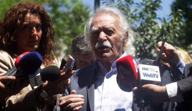 Συνάντηση του Προέδρου της Δημοκρατίας Κ. Παπούλια στο Προεδρικό Μέγαρο με τον πρόεδρο του ΣΥΡΙΖΑ/ΕΚΜ Αλέξη Τσίπρα και το ιστορικό στέλεχος της Αριστεράς Μανώλη Γλέζο την Πέμπτη 18 Ιουλίου 2013. Στη φωτογραφία, δηλώσεις Αλέξη Τσίπρα και Μανώλη Γλέζου μετά τη συνάντηση. (EUROKINISSI)