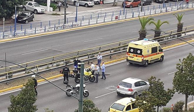 Τροχαίο στη Συγγρού: ΙΧ συγκρούστηκε με μoτοσικλέτα - Ένας τραυματίας και μποτιλιάρισμα στο σημείο