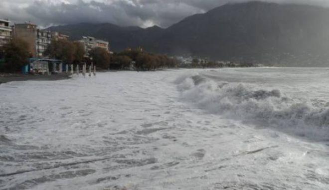 Βίντεο με εντυπωσιακά κύματα από την παραλία της Καλαμάτας