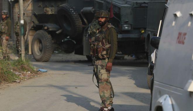 Άδειοι οι δρόμοι στο Κασμίρ.