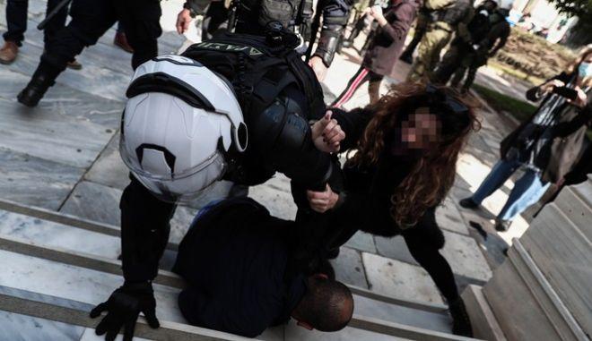 Δημήτρης Κουφοντίνας: Ένταση και σκληρή καταστολή στη συγκέντρωση - Προσήχθη και ο γιος του, Έκτορας