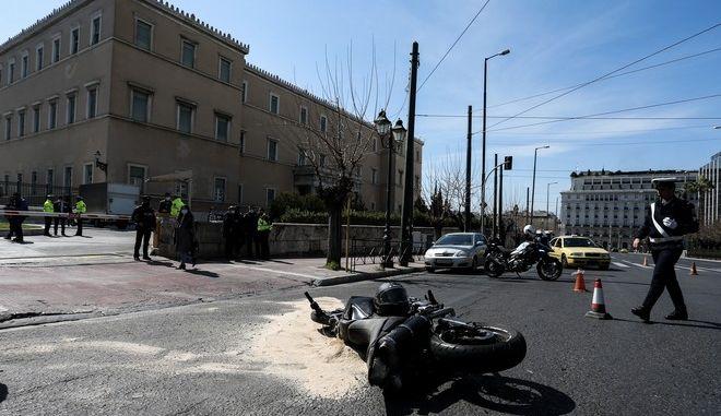Τροχαίο δυστύχημα με μηχανή έξω από τη Βουλή