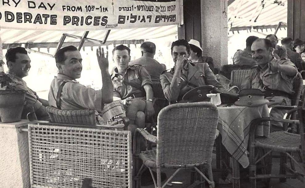 Ο πατέρας μου (δεύτερος από αριστερά), μαζί με Έλληνες και Βρετανούς αξιωματικούς, στο Κάιρο τον Μάιο του 1942.
