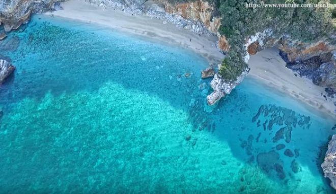 Ταξίδι στην κρυστάλλινη διπλή παραλία με τη φυσική πέτρινη αψίδα