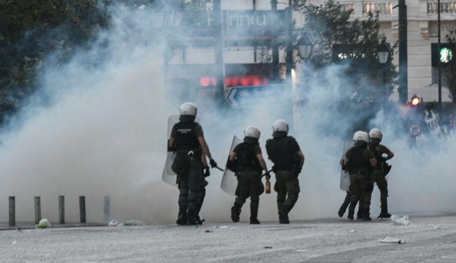 Επεισόδια στο Σύνταγμα κατά τη διάρκεια των συγκεντρώσεων κατά του νομοσχεδίου για τις διαδηλώσεις την Πέμπτη 9 Ιουλίου