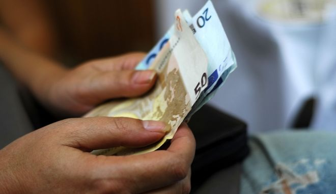 Πολίτης με χρήματα στο χέρι