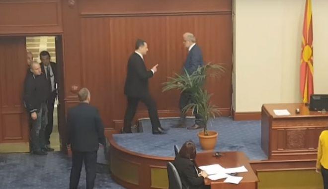 Βίντεο: Επεισοδιακή συνεδρίαση στη Βουλή της ΠΓΔΜ για τη χρήση της αλβανικής γλώσσας
