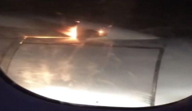 Αεροσκάφος προσγειώνεται με φλεγόμενο κινητήρα