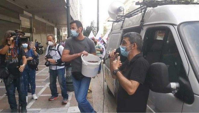 Μέλη του ΠΑΜΕ πέταξαν ελιές στο υπουργείο Εργασίας