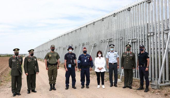 Η Πρόεδρος της Δημοκρατίας Κατερίνα Σακελλαροπούλου στον αποτρεπτικό φράχτη του Έβρου