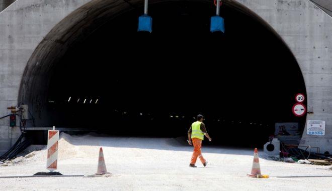 Τις σήραγγες των Τεμπών επισκέφτηκαν την Τρίτη 14 Μαΐου 2013, ο υπουργός Ανάπτυξης & Μεταφορών κ. Κωστής Χατζηδάκης και ο αναπληρωτής υπουργός κ. Σταύρος Καλογιάννης, επιθεωρώντας τα έργα στην περιοχή. (EUROKINISSI/ΚΩΣΤΑΣ ΜΑΝΤΖΙΑΡΗΣ)