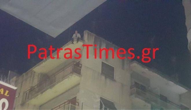Πάτρα: Άντρας απειλούσε να πηδήξει στο κενό από ταράτσα πολυκατοικίας