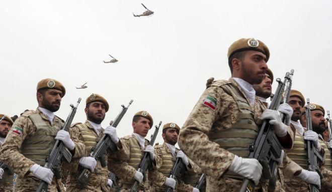 Ιρανοί στρατιώτες κατά τη διάρκεια παρέλασης