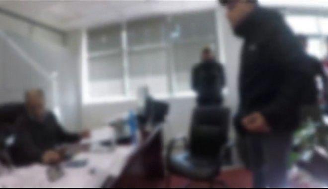 Βίντεο: Η στιγμή της εισβολής του Ρουβίκωνα στην Εφορία Παγκρατίου