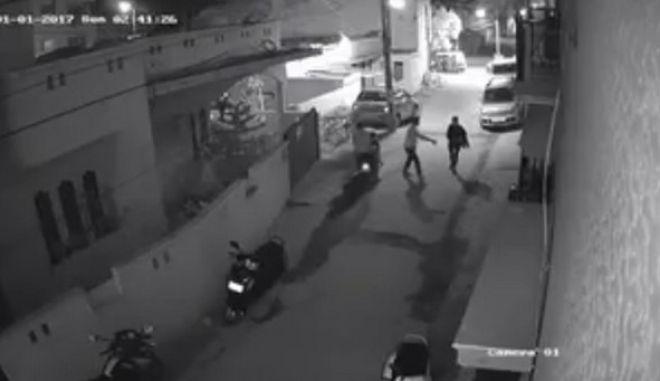 Βίντεο σοκ από την Ινδία: Σεξουαλική επίθεση σε γυναίκα, οι περαστικοί δεν αντιδρούν